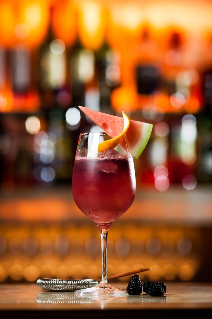 Mulberry Fizz – Летний коктейль со вкусом шелковицы. Его состав входит водка, свежий арбуз, ежевика, маракуя и свежий лимонный сок