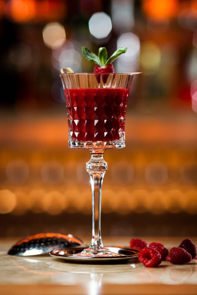 Fusion Moscow -фирменные коктейль Grammy's, Американский виски смягчает клюквенный сок и свежий лайм. Свежести придает малина, а изюминку и аромат – ваниль