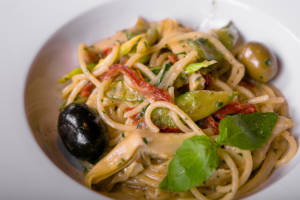 Спагетти с артишоками вялеными томатами