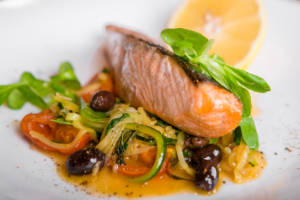 Спинка лосося с овощами на гриле, по фирменному рецепту Шеф-повара