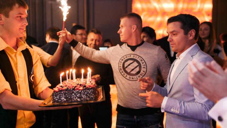 Празднуем день рождения в караоке.