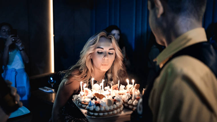 Замечательный день рождения в караоке